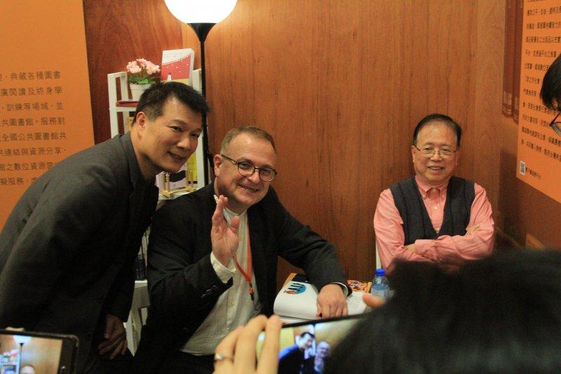 麋鹿出版社首度授權電子書給台灣的圖書館,包括《男孩與月亮》及《泰雅勇士大步向前》。圖為作家蔡詩萍(左起)、湯瑪士、羅青合影。(國資圖提供)