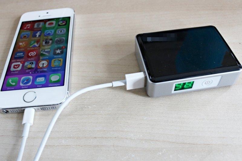 購買時應認明「額定電容量」,才是該行動電源實際輸出電容量(示意圖/Neil Turner@flickr)