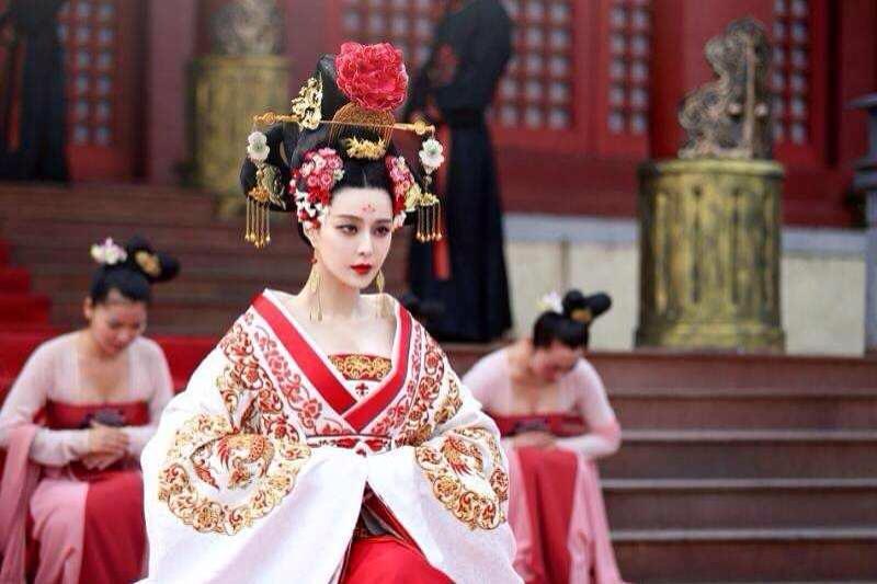 北京電影學院教授郝建表示,中國演藝界的導演和演員是「弱勢群體」,都得向權力俯首稱臣。(圖/Fan Bingbing 范冰冰@facebook)