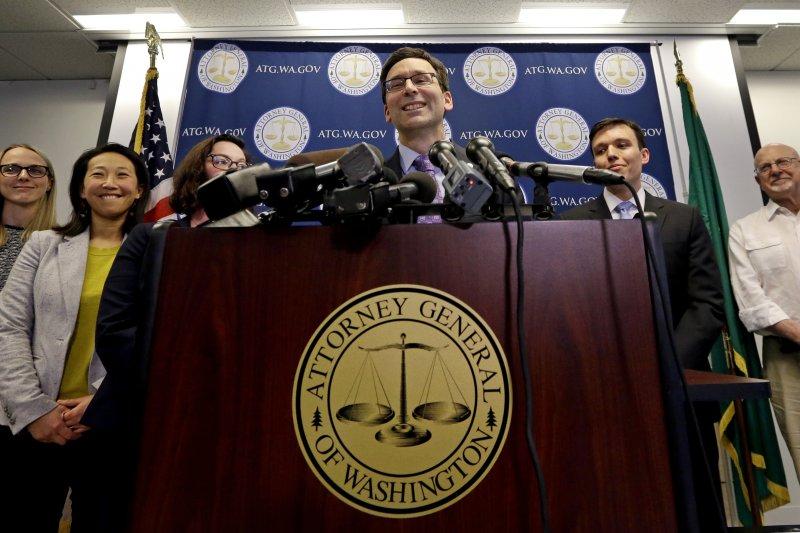 聯邦第9巡迴上訴法庭9日做出判決,維持暫停執行川普的簽證禁令,提告的華盛頓州檢察長弗格森(中)面露笑容。(AP)