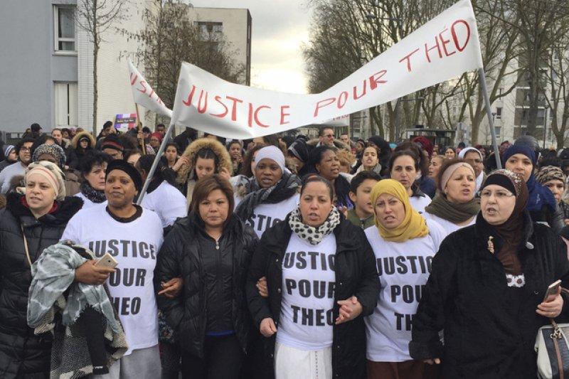 法國民眾走上街頭,抗議警察對巴黎東北郊奧爾奈蘇波瓦鎮的提歐施暴(AP)