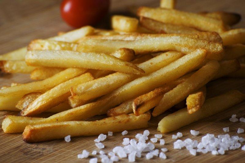 薯條炸好再撒鹽,否則會讓它變濕濕軟軟的。(圖/StockSnap@pixabay)