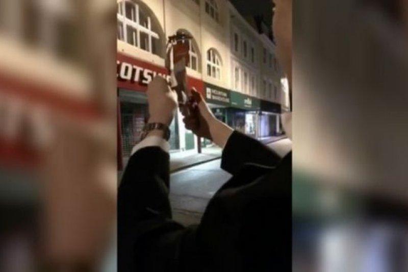 劍橋大學學生焚燒紙幣行為引發各方抨擊。(BBC中文網)