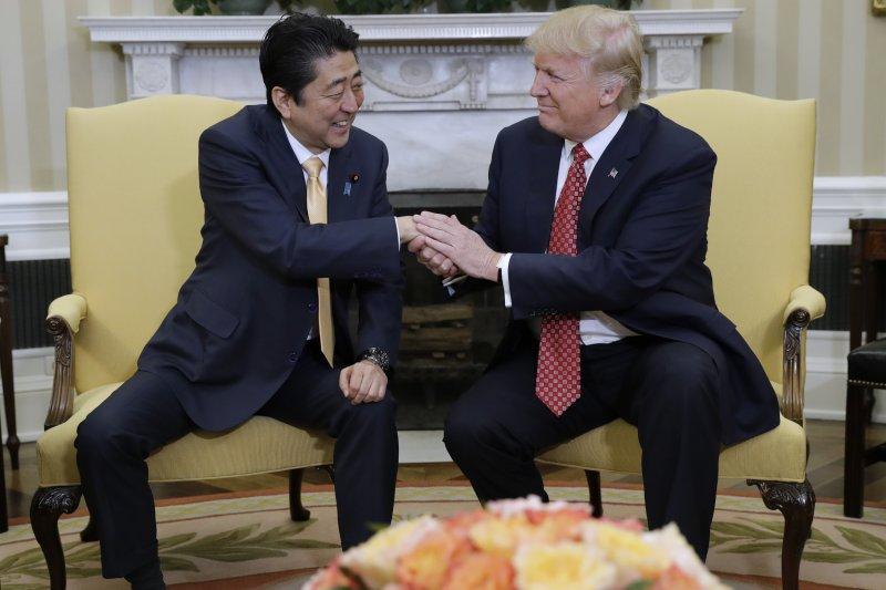 日本首相安倍晉三訪美,川普在白宮熱情接待。(美聯社)