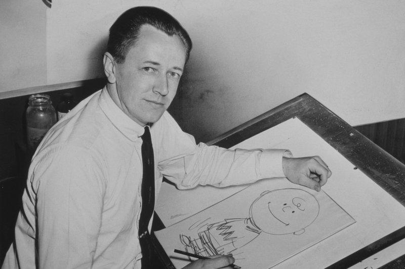1956年,舒爾茨正繪畫查理布朗(Wikipedia/Public Domain)