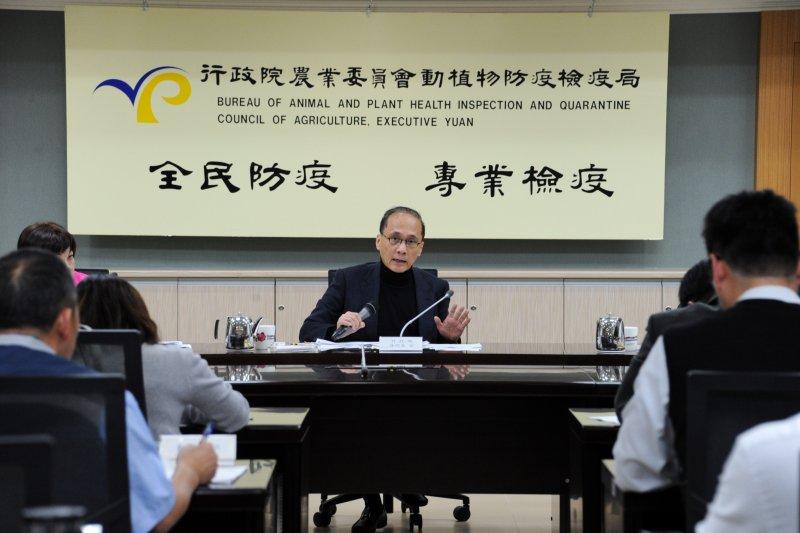 行政院長林全今(13)日在禽流感中央災害應變中心會議時表示,病毒是否禽傳人,相關單位目前還無法斷定,未來政府將防疫視為作戰。(行政院提供).