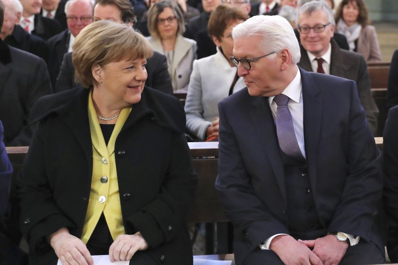 德國總統當選人史坦因邁爾(右)與德國總理梅克爾(左)(AP)