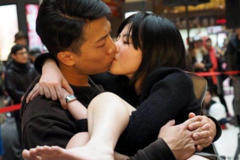 在台灣,微風台北車站照慣例舉行Non-stop不停接吻比賽,參賽者必須維持抱新娘姿勢,一旦落地即遭到淘汰。(圖取自BBC中文網)