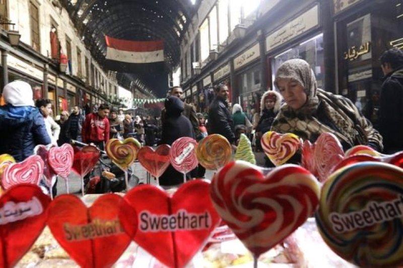在局勢動蕩的敘利亞,人們仍然為情人節做凖備。這是首都大馬士革舊城區的哈米迪亞大市場一個售賣情人節糖果的小攤。(圖取自BBC中文網)