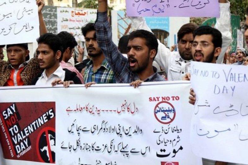 情人節在世界各地普遍受到歡迎,可是在巴基斯坦城市卡拉奇,有人示威反對這個節日。(圖取自BBC中文網)