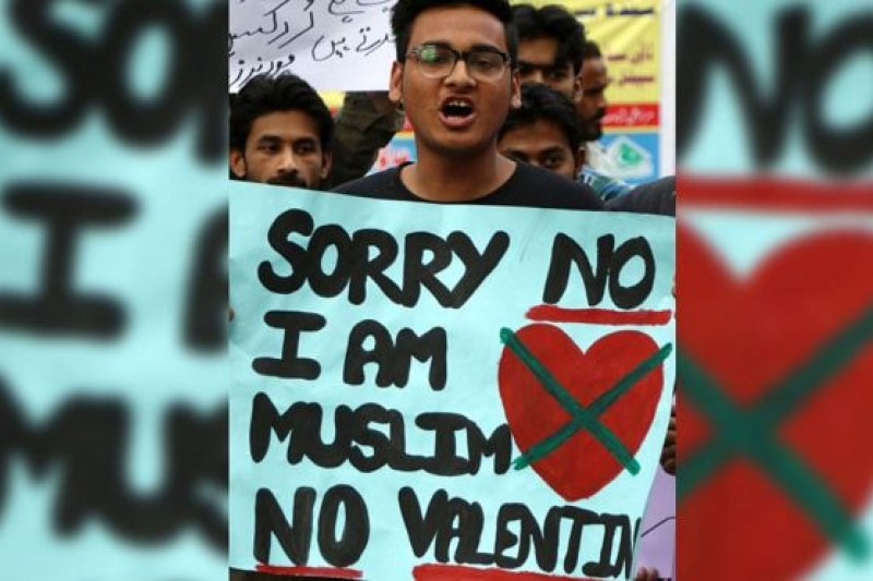 這名卡拉奇市示威者拿著「對不起,我是穆斯林,沒有情人」的標語。示威者指情人節違反伊斯蘭律例。(圖取自BBC中文網)