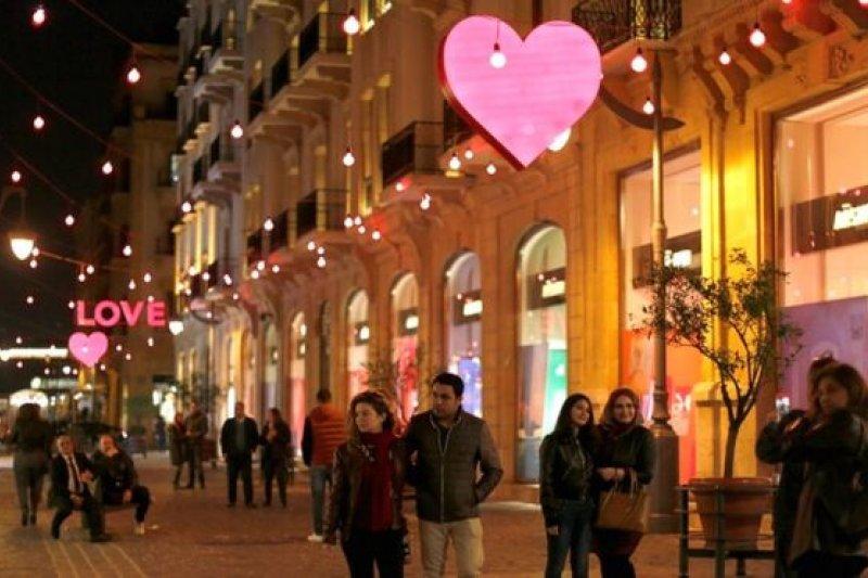 黎巴嫩首都貝魯特市中心為情人節掛上心形和英語「LOVE」的燈飾。(圖取自BBC中文網)