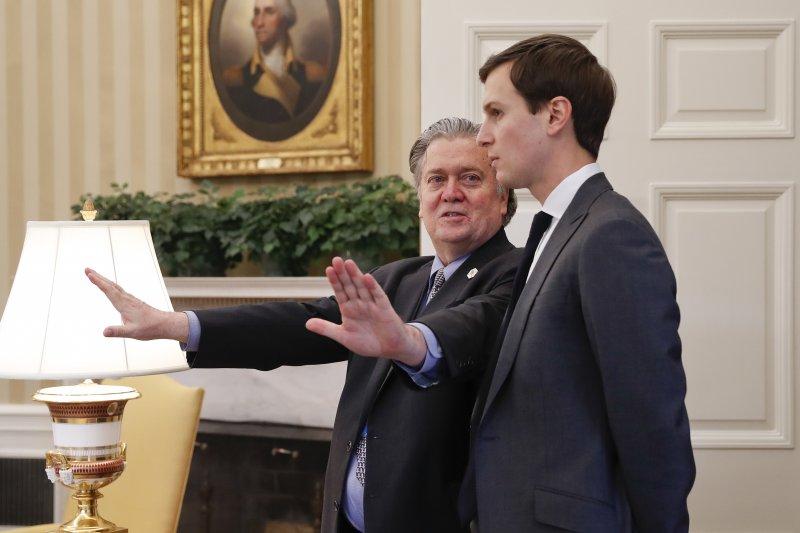 白宮策略長巴農(Steve Bannon,左)與川普的女婿庫許納(Jared Kushner)(AP)