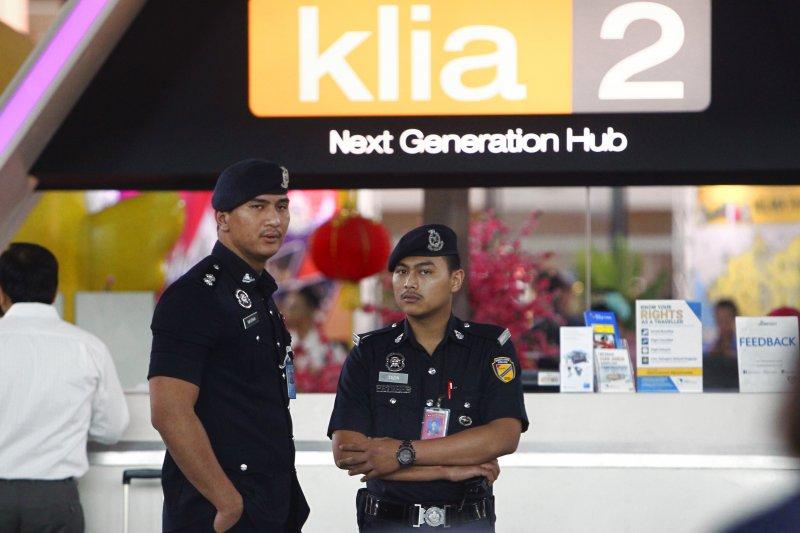 馬國警方15日在吉隆坡機場加強巡邏。(美聯社)