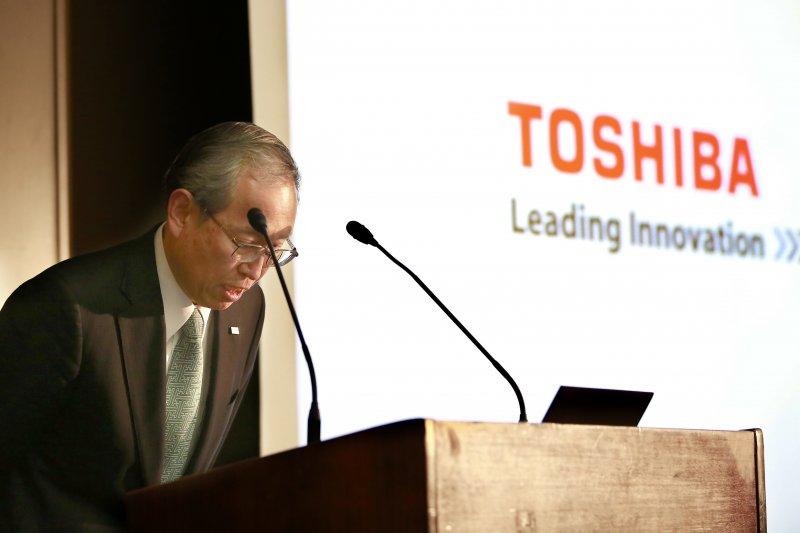 東芝社長14日晚間就延期發表財報致歉,董事長志賀重範也預計在15日引咎辭職。(美聯社)