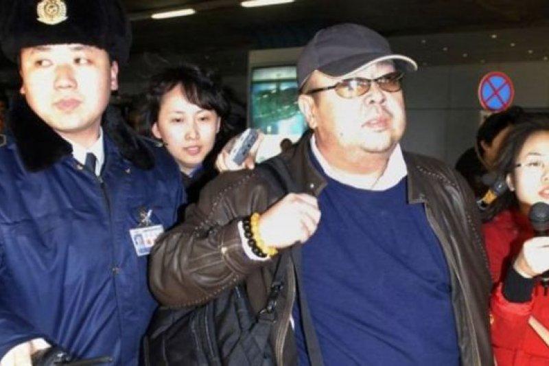 金正男被認為和中國關係密切,這是2007年2月11日他出現在北京首都國際機場。(圖取自BBC中文網)