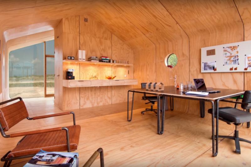 厚紙板蓋的房子可以住上50-100年,牢固防水且環保。(翻攝自Wikkelhouse@youtube)