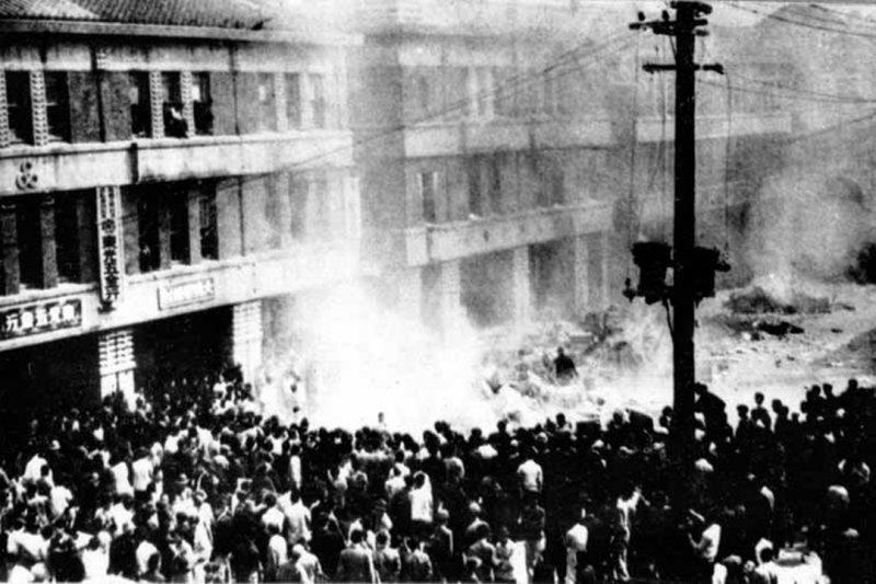 公賣局台北分局(位於今重慶南路)前圍著大批抗議民眾。(圖/wikipedia)