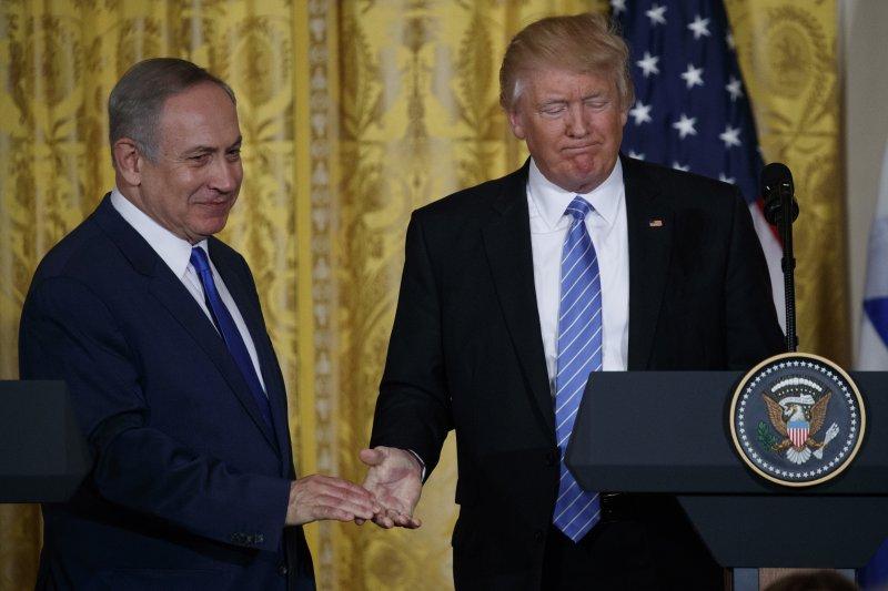 美國總統川普會見以色列總理納坦雅胡,透露將不再堅持以巴兩國方案。(美聯社)
