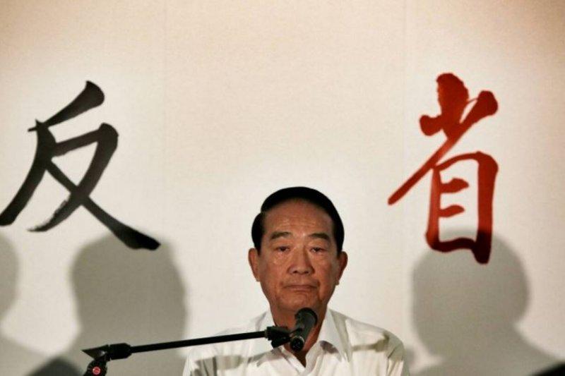 宋楚瑜曾在競選廣告發佈記者會上鞠躬道歉。(余志偉攝)