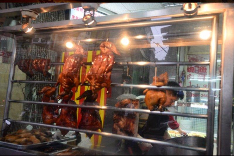 農委會宣布明起布家禽禁運禁宰至少4天,並指出土雞、肉鴨庫存可撐2天、1天。(圖取自三重區公所)