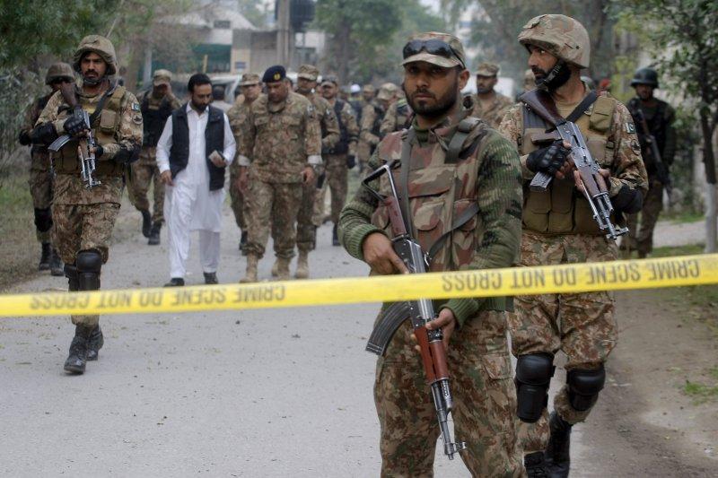 巴基斯坦遭遇恐怖攻擊後,當地軍警也提高戒備。(美聯社)