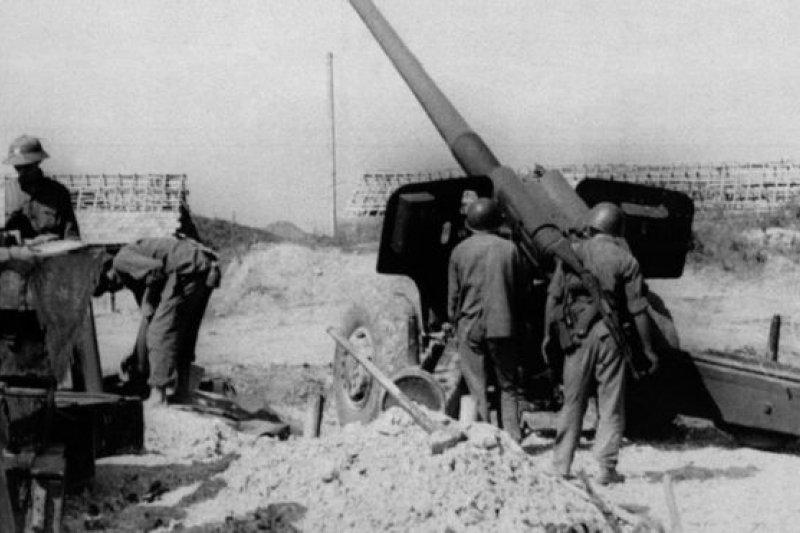 隨著中越雙方邊界衝突不斷加劇,中國軍隊1979年2月7日越過邊界,對越南軍隊發動全面攻勢,戰鬥在數百公里的戰線上展開。中國發誓要「教訓一下」越南。圖為守衛諒山省越軍炮兵陣地。(攝於1979年2月23日)