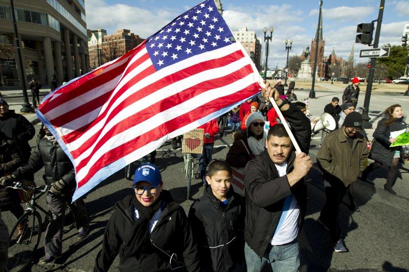 美國加強移民入境審查,導致民眾強烈抗議。(美聯社)