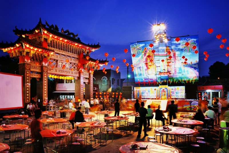 攝影師沈昭良拍攝的《Stage》,電子舞台車與夜空、宴席輝映,美麗無比(圖/沈昭良提供)