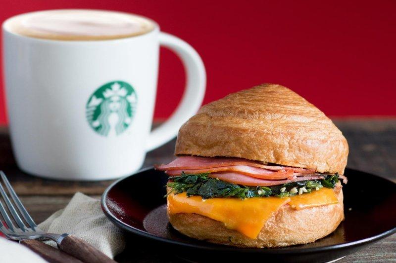 推出多種輕食還不夠,星巴克還將再次推出義大利麵等新料理!(圖/統一星巴克咖啡同好會@Facebook)
