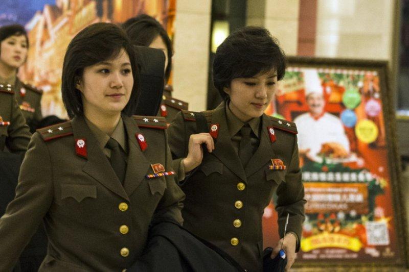 北韓另一個以「牡丹」為名的高顏值團體:牡丹峰樂團。不過跟牡丹花小隊不同,牡丹風樂團的成員都畢業於平壤金元均音樂大學。