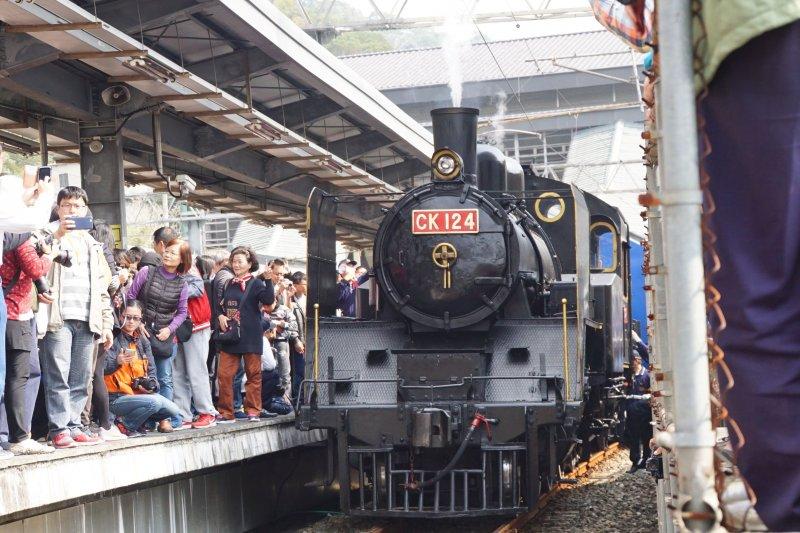 20170218-台鐵山佳舊站古蹟修復完成典禮,請出歷史悠久的CK124蒸氣火車,吸引民眾爭相拍攝。(盧逸峰攝)