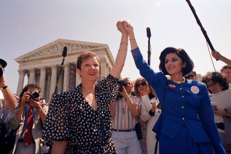 麥科維女士(Norma McCorvey,左)早年成為爭取墮胎權的先驅,晚年卻轉為支持反墮胎(AP)