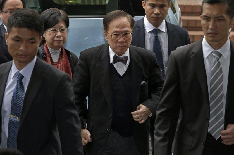 香港特別行政區第二任行政長官(特首)曾蔭權與妻子20日前往法院(AP)