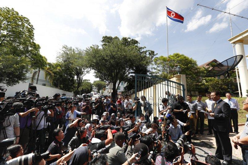 北韓駐馬來西亞大使20日在大使館外發表聲明。(美聯社)