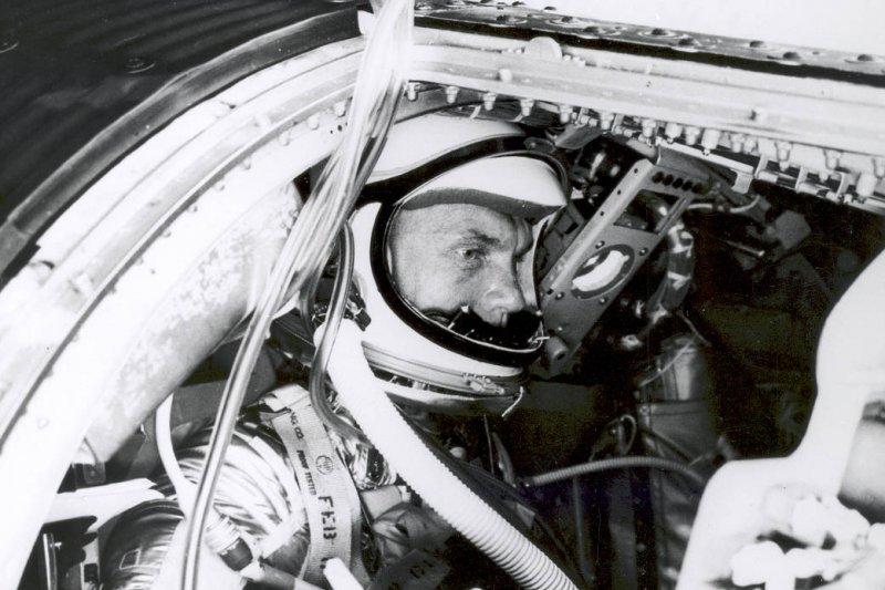 葛倫進入「友誼7號」太空艙。(圖取自NASA)