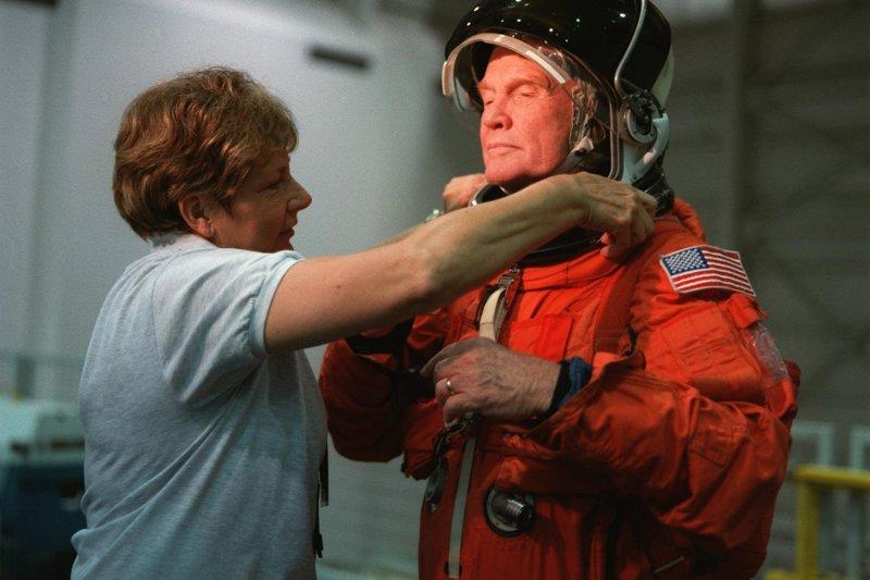 1998年,高齡77歲的葛倫再度進入太空,協助NASA研究老年人的太空飛行會產生什麼影響。(圖取自NASA)