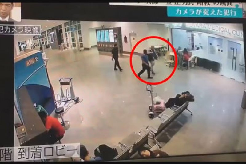金正男在兩名警察陪同下,自行走向機場醫務室。
