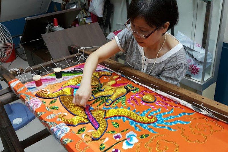一件手工神明衣,平均需要一個多月才能完成,不但耗時、耗神又費工。(圖/Ramble Taipei 漫步台北)