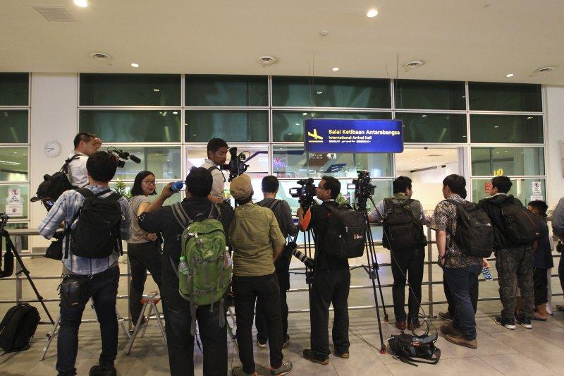 大批媒體20日傍晚在吉隆坡機場苦候金韓松。(美聯社)