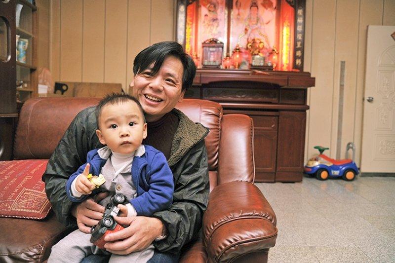 48歲的徐自強已經當祖父了,他和孫子的感情很親密,他說經歷過這一切,他最想教給下一代的,就是給他們很多的愛。劉潔萱攝