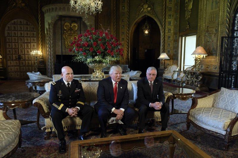 川普在佛州的馬拉阿哥度假村,與國安會秘書長凱洛格(Keith Kellogg)(右)一同宣布這次的任命。(美聯社)