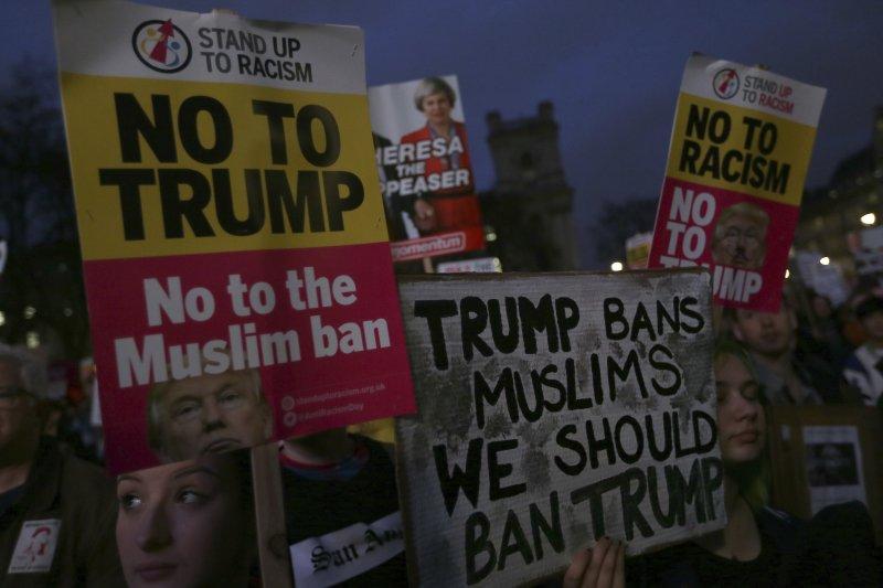 針對邀請川普訪問英國,英國民眾舉牌抗議(AP)