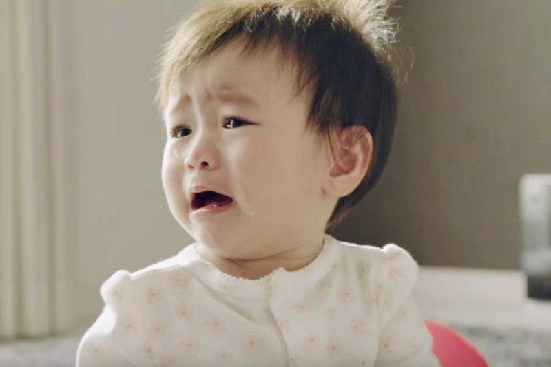 為什麼小寶寶不肯好好睡覺呢?許多新手爸媽都上網找答案,這篇列舉10大常見原因。(翻攝自youtube)