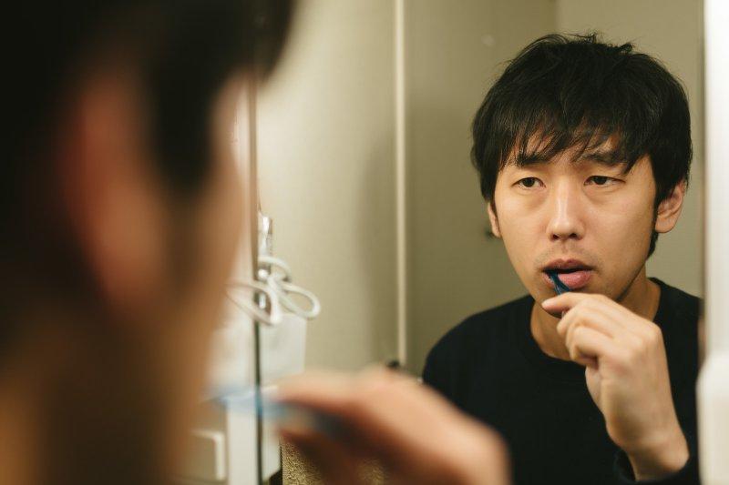 貝氏刷牙法是目前公認最有效的方式,建議每次刷2顆牙、刷整口牙至少3分鐘。(圖/すしぱく@pakutaso)
