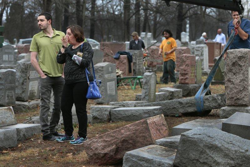 面對被推倒的祖先墓碑,人們難過不已(AP)