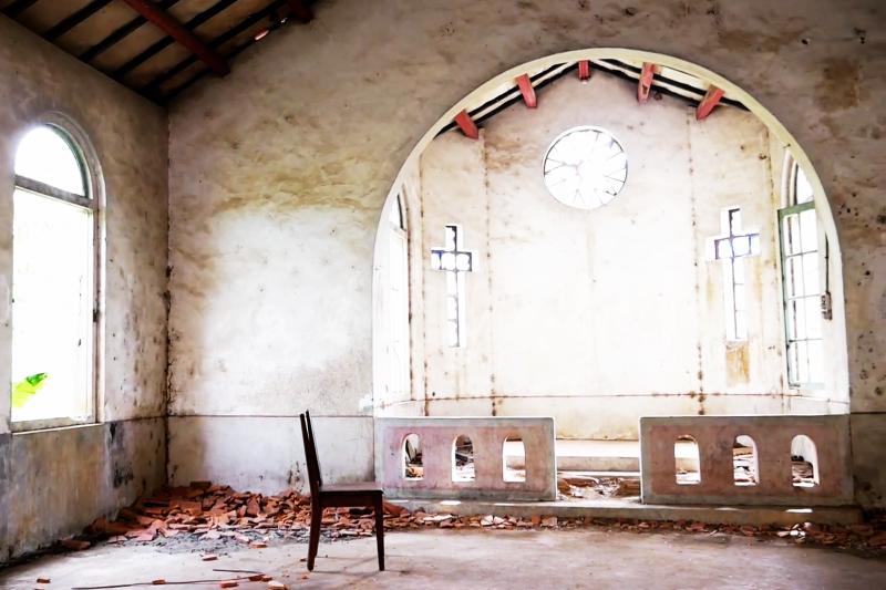 新竹十二寮天主堂的「廢墟」美景,已經吸引不少遊客探訪...(圖/擷取自YouTube)