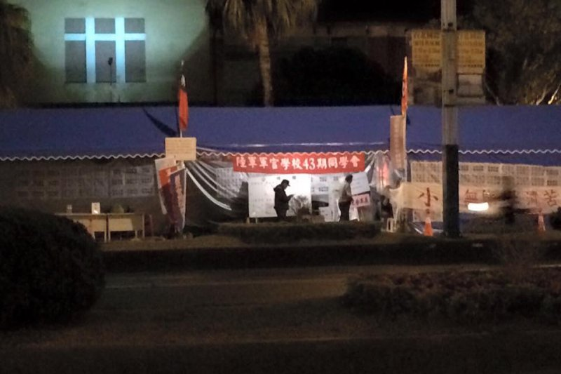 民進黨立委陳其邁爆料,號稱800壯士、長期抗戰的反年金改革抗爭活動,到昨晚僅剩5人。(取自陳其邁粉絲專頁)