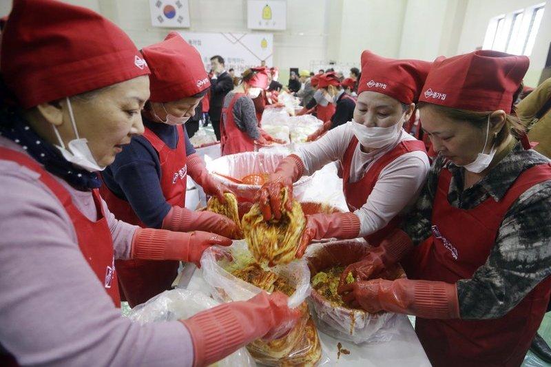韓國的媽媽們正在製作泡菜。(美聯社)