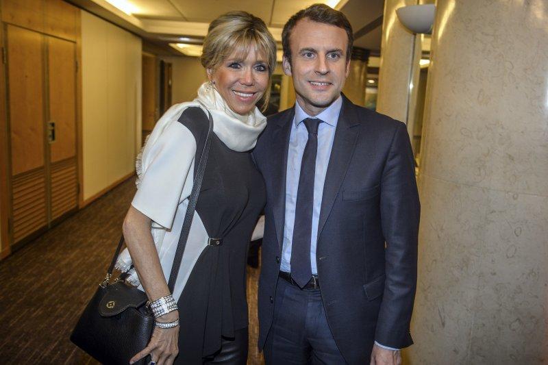 法國總統參選人馬克宏(Emmanuel Macron)與妻子布莉姬特(AP)